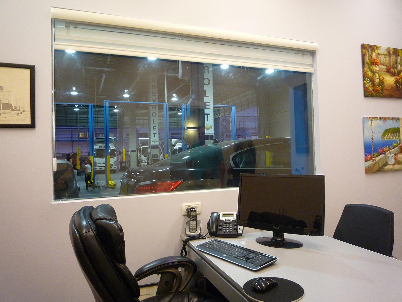 מבט לשטח העבודה מחדר מנהל